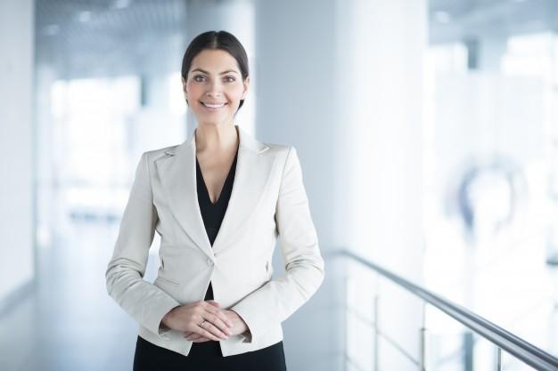 mulher-de-negocio-elegante-feliz-no-escritorio-salao_1262-3017